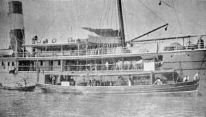 A chalupa de desinfecção funcionando junto ao vapor Manáos pouco antes da partida. Foto de Marc Ferrez (Silvado, 15 ago. 1903, p.10)