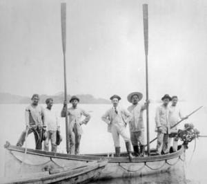 Carlos Chagas (no centro) às margens do rio Negro, em São Gabriel da Cachoeira (AM), 1913. Acervo da Casa de Oswaldo Cruz/Fiocruz